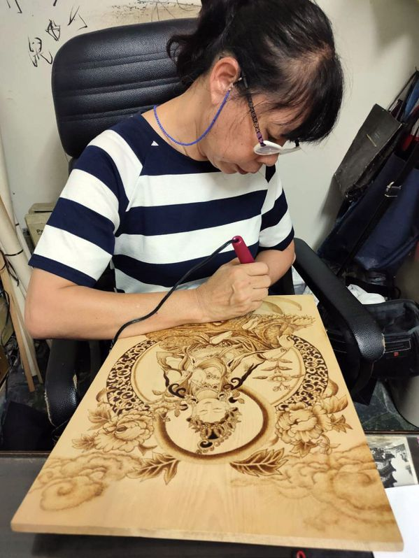 烙畫創作成為林櫻櫻退休生涯最大的成就感。 圖/林櫻櫻提供