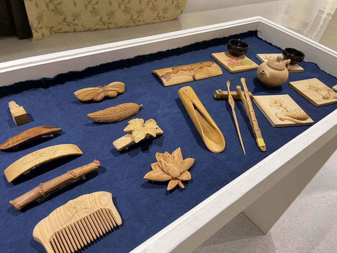 曾慶棟的木雕創作,讓棄而不用的木頭展現全新生命力。 圖/王昭月 攝影