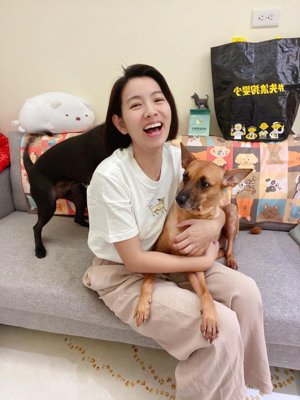 米可白常常分享與愛犬的互動。 圖/擷自米可白臉書