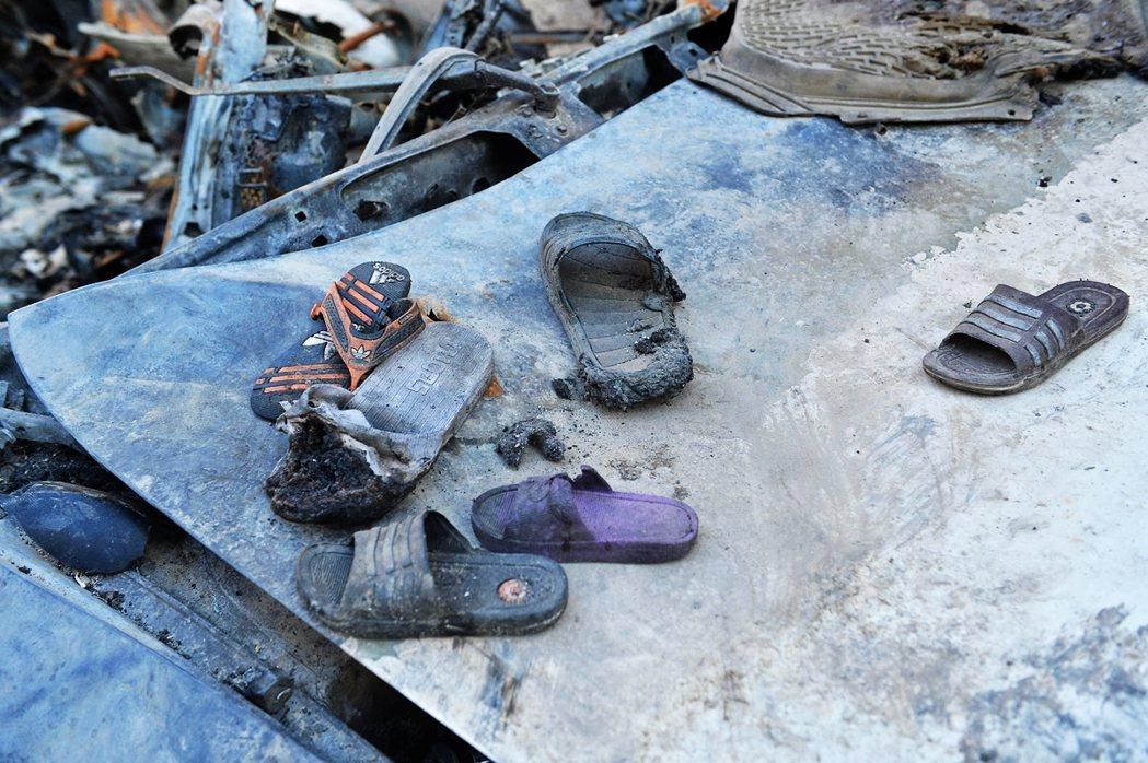 圖為事發現場遺留的孩童拖鞋。 圖/法新社