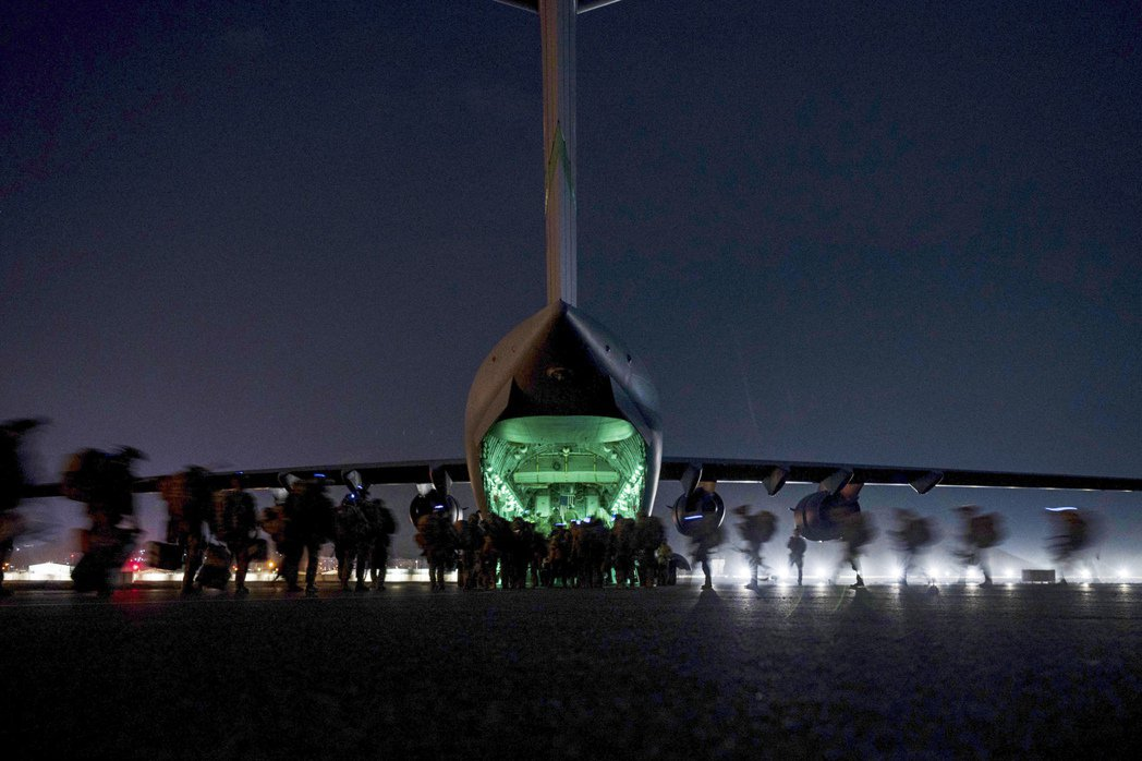 而當戰爭形勢從地面戰轉移成無人機空襲之後,真正發出指令、殺傷平民的操作者變得更加...