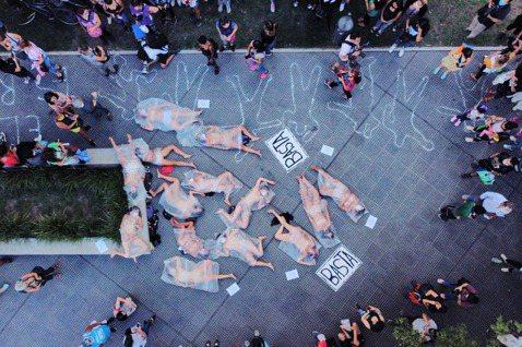 圖為2016年阿根廷女性發起的遊行,抗議針對女性的謀殺與暴力行為。在小說《伊加利...