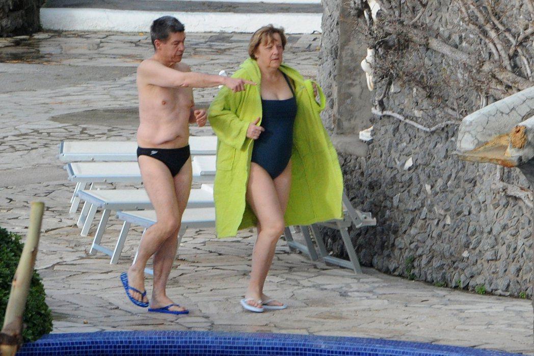 直到今天,游泳和桑拿浴仍是梅克爾休閒放鬆的重要方式。圖為2013年暑假,梅克爾與...