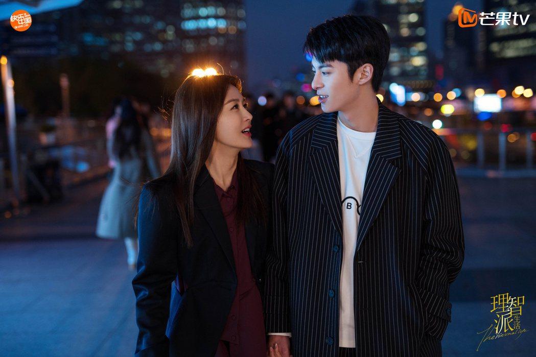 王鶴棣與秦嵐在「理智派生活」中談姊弟戀。圖/擷自微博