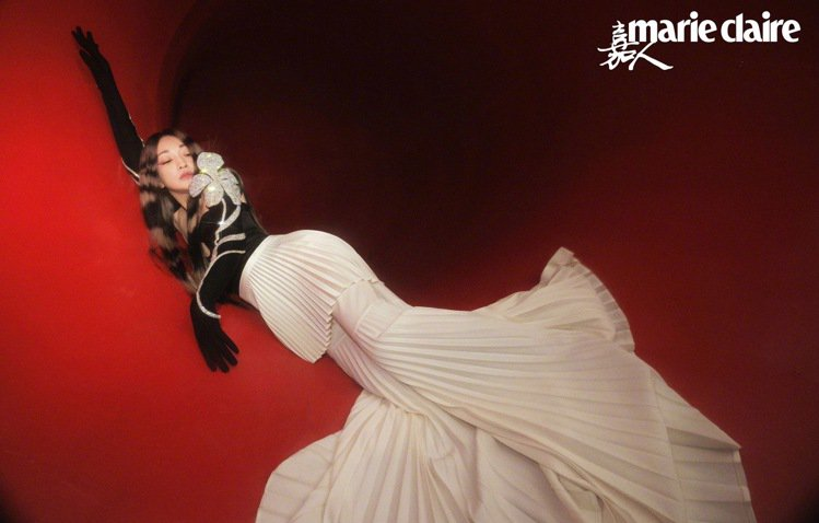 周迅在雜誌大片中表現了霸氣、靈氣結合的美。圖/取自微博