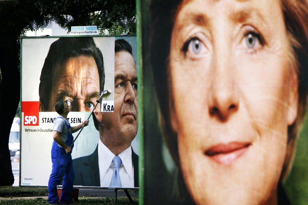 圖為2005年選戰前夕,社民黨的時任總理施洛德(左)與挑戰者梅克爾(右)的街頭選...