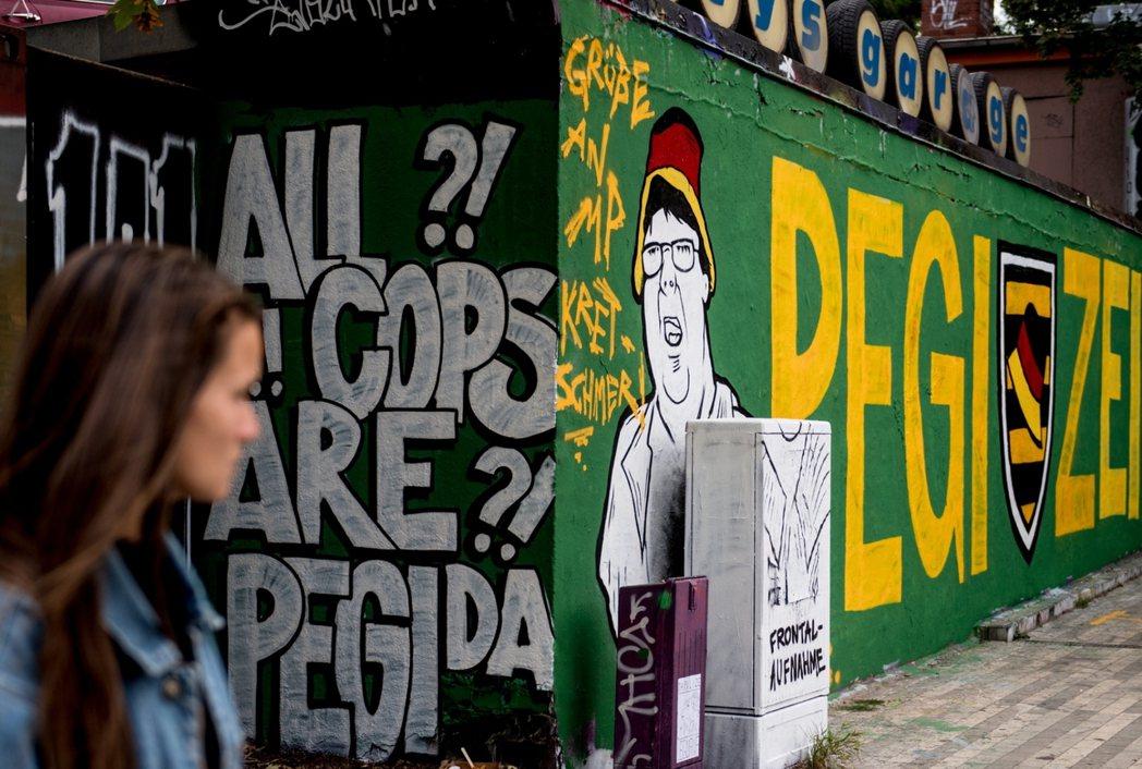 圖為德國街頭痛罵警察與Pegida的諷刺塗鴉。根據智庫MERICS對今年德國大選...