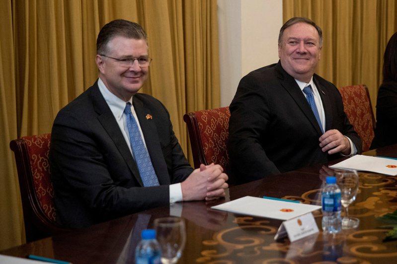 前駐越南大使康達(Daniel Kritenbrink)(圖左)出任國務院東亞暨太平洋事務助理國務卿,將主管中國大陸、台灣、日本與南韓等事務。 路透