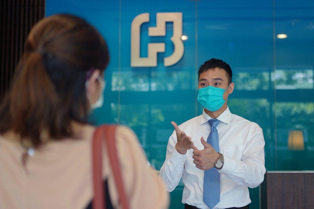 看見聽語障人士的需要,台北富邦銀在「國際手語日」於全台135間分行同步開辦手語翻...