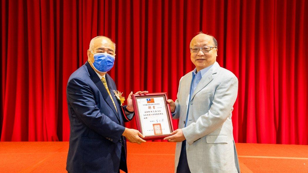 理事長蕭登波(左)邀請胡志強(右)擔任中華醫護暨健康管理學會榮譽理事長。