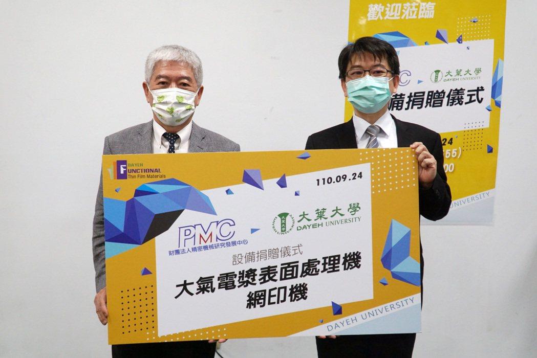精機中心副總經理李健勳(右)代表捐贈設備給大葉大學代理校長顏鴻森(左)。 大葉大...