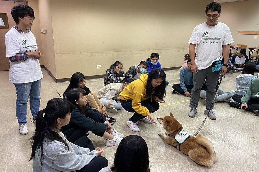 長庚大學職治系接軌國際職能治療趨勢,開設「休閒與遊戲治療課程」,其中一環為寵物治...