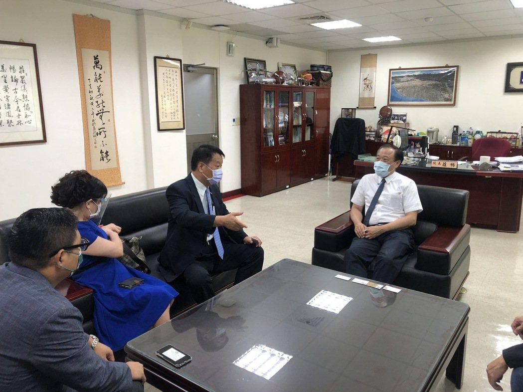 莊暢校長、室內設計全國聯合會陳銘達理事長及工會幹部討論相關產業合作計劃。 萬能科...