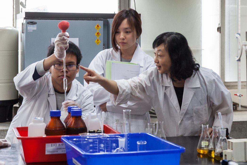 嘉藥環工系積極輔導學生畢業前取得下水道相關證照(照片為疫情前拍攝)。 嘉藥/提供