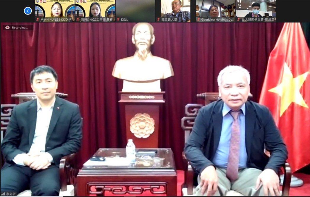 駐台北越南辦事處阮英勇大使(右)受邀致詞,左為投資組長黎光俊。 台越協會/提供