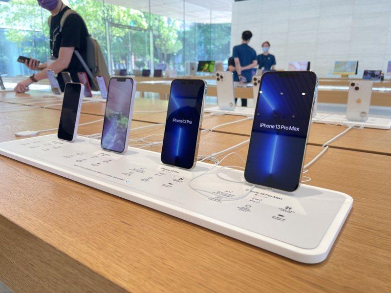 蘋果iPhone 13系列24日開賣,信義A13直營店內展示4款新機,從右至左為iPhone 13 Pro Max、iPhone 13 Pro、iPhone 13、iPhone 13 mini。 中央社