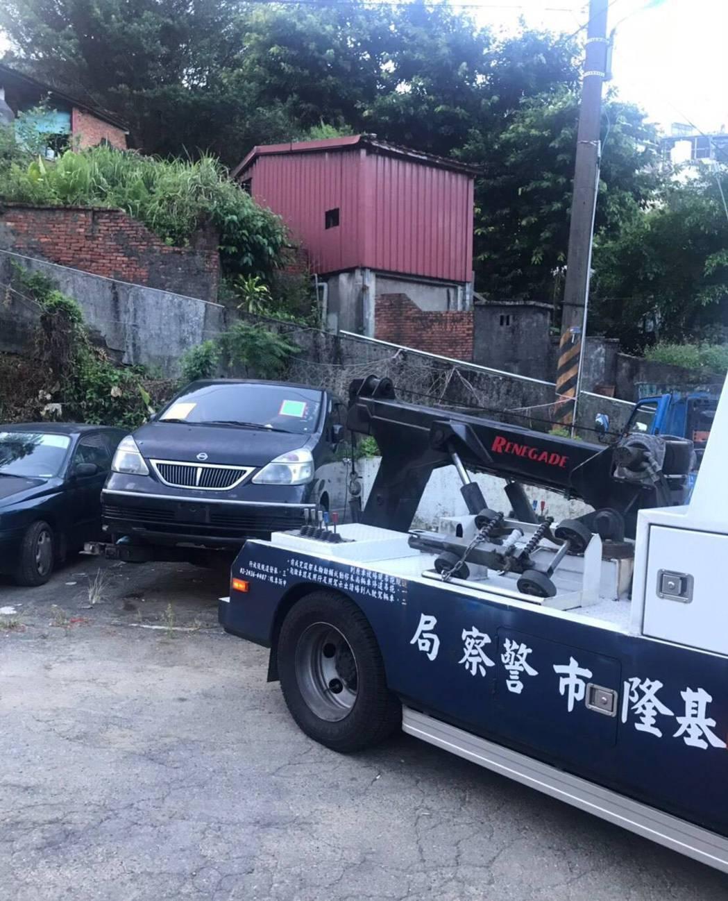 基隆無牌車占停車位3年無法解決,林右昌一怒1天拖走。圖/基隆市政府提供