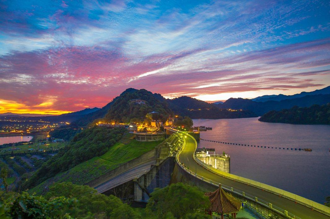 石門水庫滿水位,遊艇環湖觀光可以欣賞許多美景,船票買一送一更划算。圖/桃園市觀光...