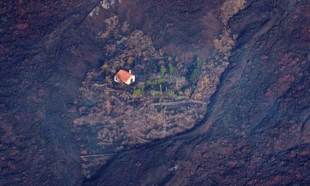 位於西班牙加那利群島拉帕瑪島上南部的老峰火山於19日首次爆發,摧毀該島至少120棟房子、超過6000人被疏散,不過有人發現竟然有一棟小屋在災難中屹立不搖、並未被波及。路透