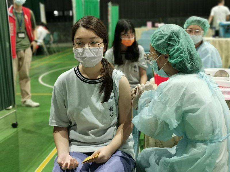 嘉義市校園BNT疫苗注射,今天開始在輔仁中學開打。記者卜敏正/攝影