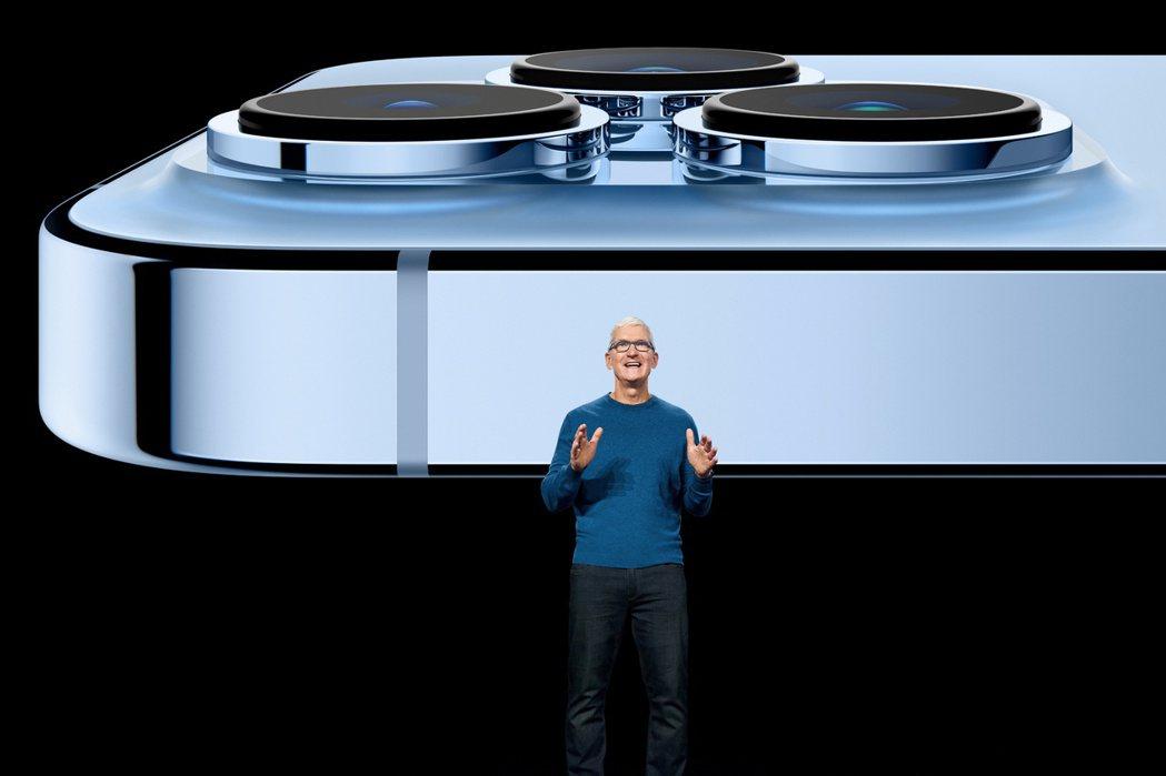 蘋果執行長庫克14日在產品發表會上,展示iPhone 13新增的相機功能。路透
