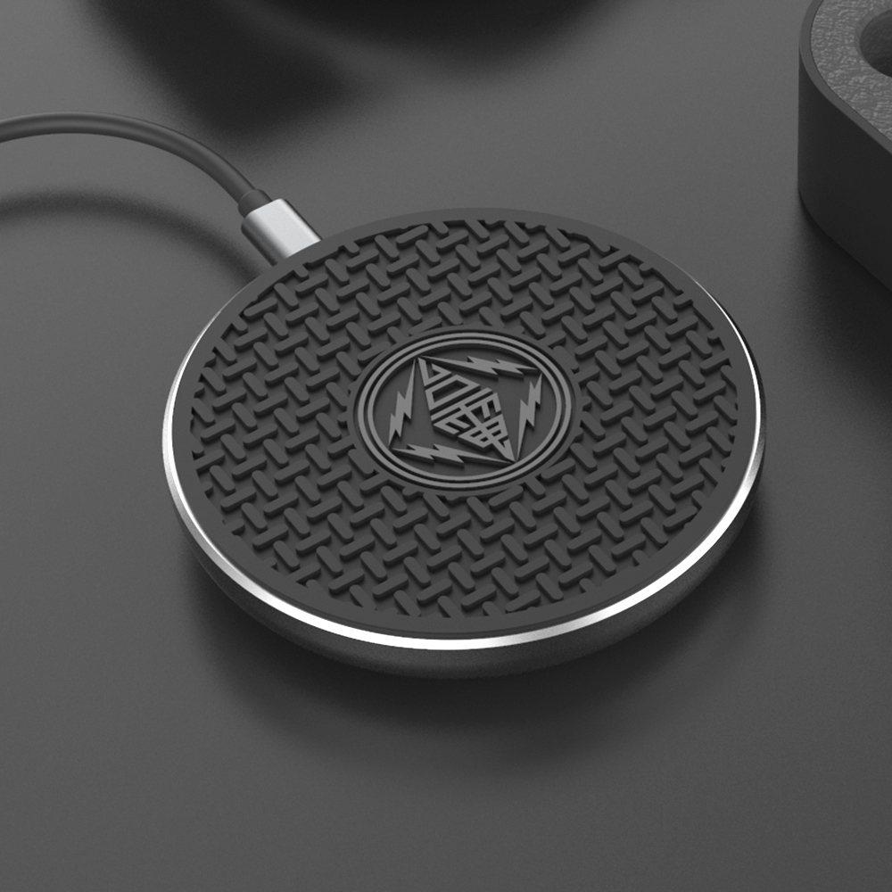 去年創意品設計得獎作品以台電人孔蓋為造型所設計的無線充電盤「台電盤」。徐造華表示...
