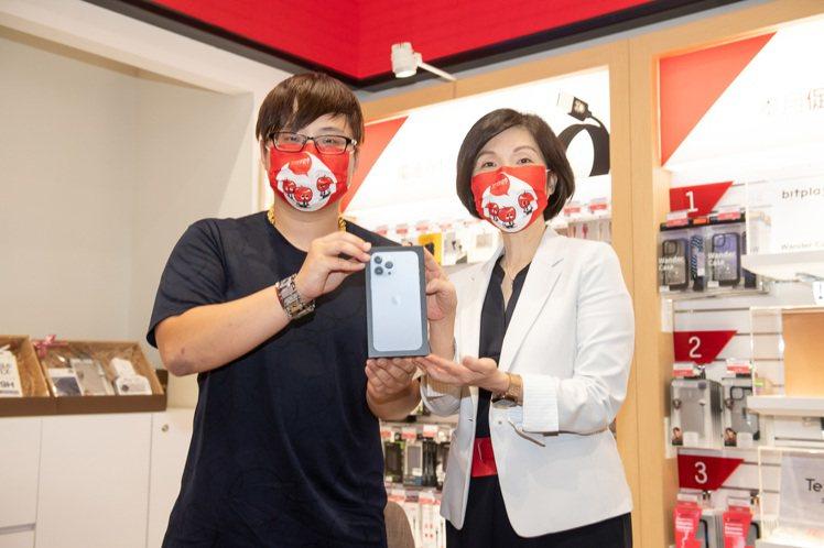 遠傳電信總經理井琪(圖右)樂觀看待iPhone 13系列的銷售成績。圖/遠傳電信...