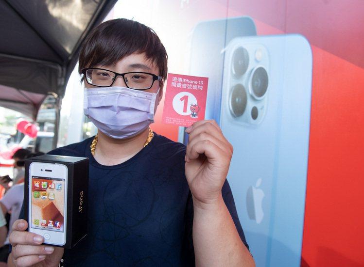 遠傳電信舉辦iPhone 13首賣活動,資深果粉劉先生排隊15小時拿到頭香。圖/...