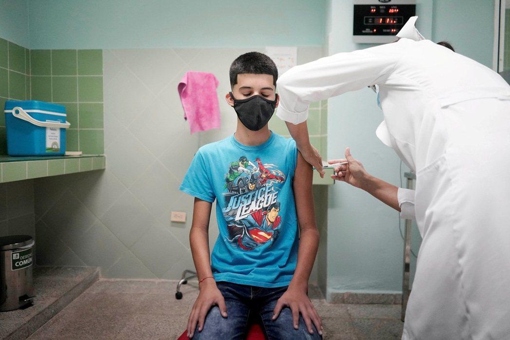 荷蘭一名12歲男孩為能探望病入膏肓的祖母,因此想要接種新冠疫苗,更為此跟身為反疫...