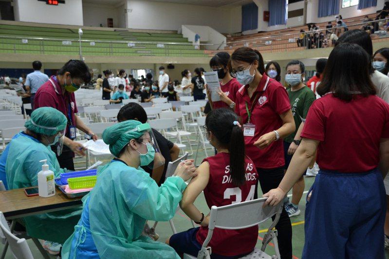台南女中今天施打疫苗,學生表示打前緊張,打後輕鬆。記者鄭惠仁/攝影