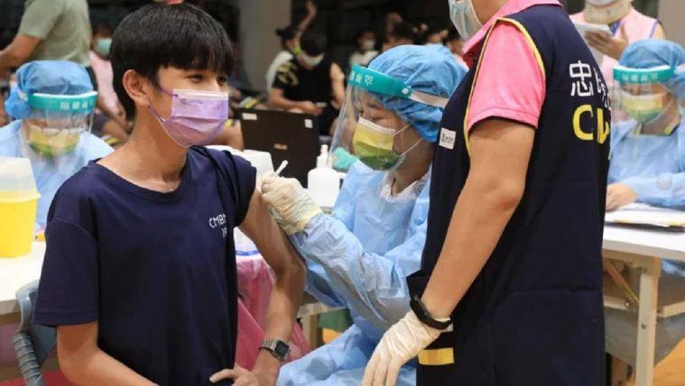 台中市校園BNT疫苗昨開打。記者喻文玟/攝影