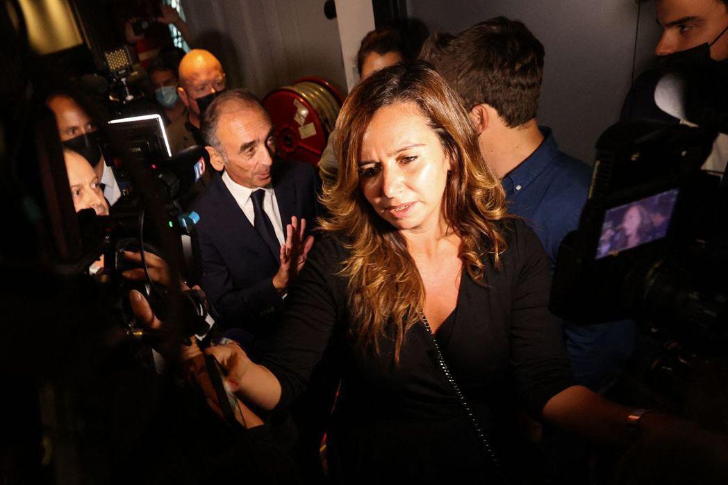 法國極右派總統參選人Eric Zemmour(左)被拍到與顧問Sarah Kna...