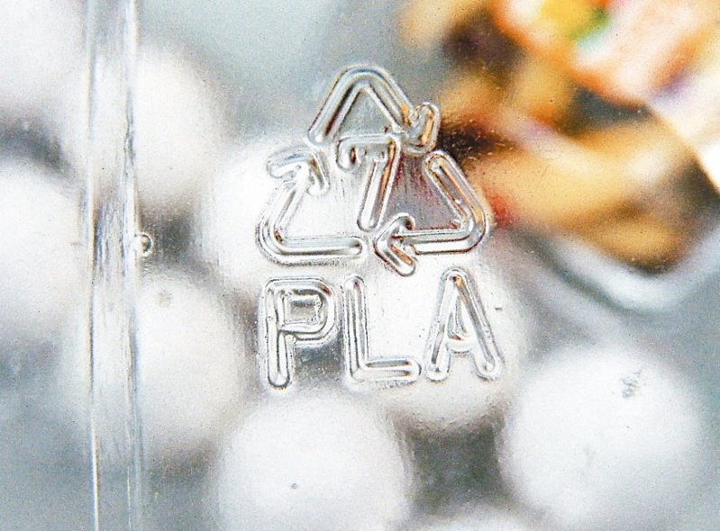 本報揭露可分解塑膠PLA難回收、難分解、難堆肥,還會破壞一般塑膠回收再利用後,國內多家零售通路業者都紛紛決定調整包材作法,和PLA分手。圖/聯合報系資料照片
