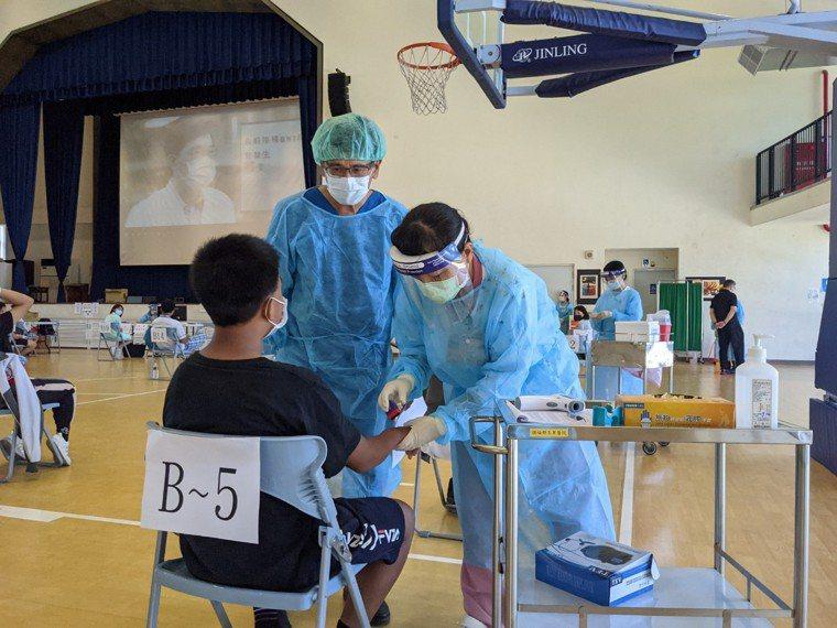 衛福部玉里醫院今天到玉里國中為400多名學生施打BNT疫苗。圖/玉里醫院提供