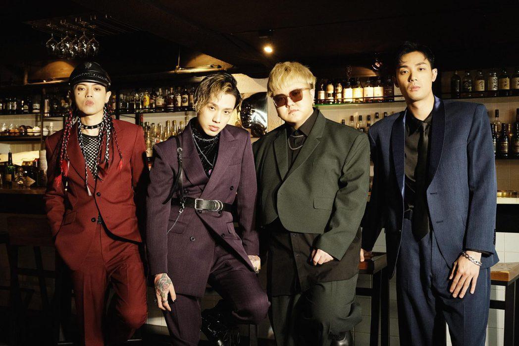 頤原(左起)、阿夜、魁剛和博文所組的TRASH時隔3年推出新專輯。圖/華納音樂提