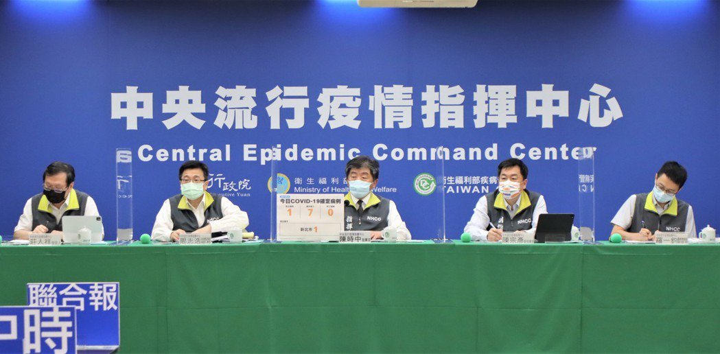 指揮中心記者會出席者有發言人莊人祥(左起)、疫情監測組組長周志浩、指揮官陳時中、...