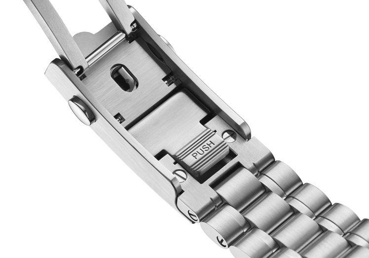 歐米茄專利的舒展調校系統,可根據手腕尺寸調整,至表耳處寬度為21毫米、至表扣處則...