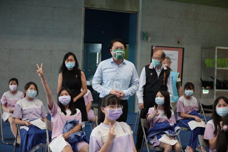 林右昌暖暖高中視察學生打BNT,學生接種比例超過95%以上。圖/基隆市政府提供