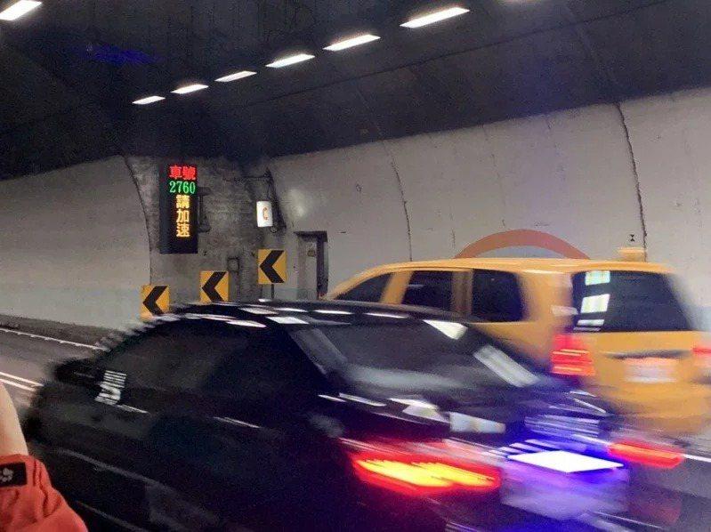 國道5號雪山隧道北向路段慢速車示警系統。圖/高公局提供