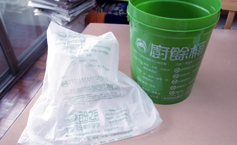 環保署委外進行評估報告,試驗結果確認若採用百分百可分解的塑膠製品,就可分解堆肥。圖/聯合報系資料照片