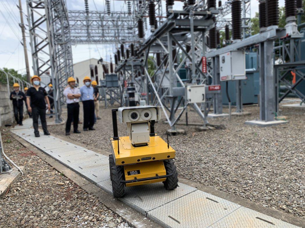 台灣智能機器人科技公司、工業局與工研院攜手共同發表的AI人工智慧戶外巡檢機器人,...