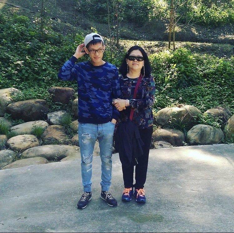異位性皮膚炎病友協會秘書長丁淑敏(右)照顧患病的兒子30多年,過程血淚斑斑。...