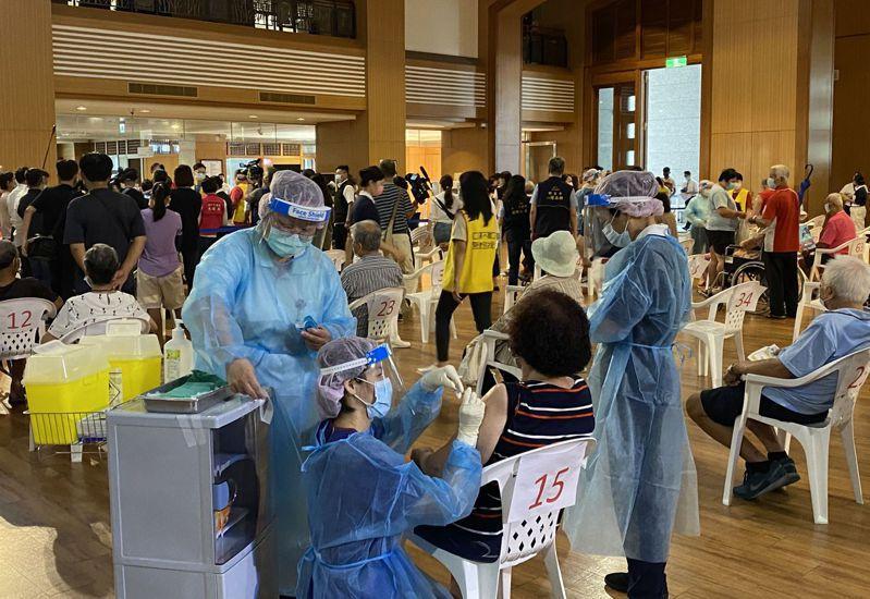 台中市長者9月15日到南屯慈濟台中靜思堂快打站接種第二劑AZ疫苗。記者趙容萱/攝影