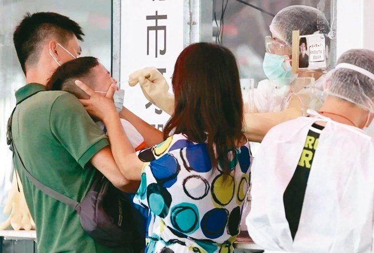 父母帶著孩子來篩檢,還得安撫孩子的情緒。記者侯永全╱攝影