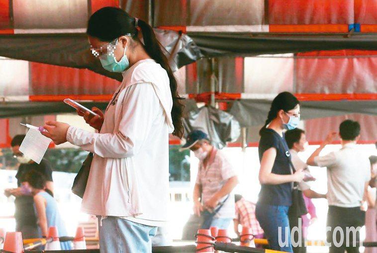 篩檢站人來人往,疫情的背後,有很多辛酸或溫暖的故事。記者胡經周╱攝影