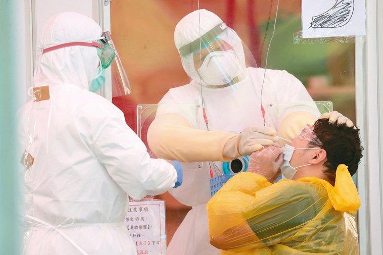因為篩檢戳鼻子酸痛到飆淚的人還不少。記者蘇健忠╱攝影