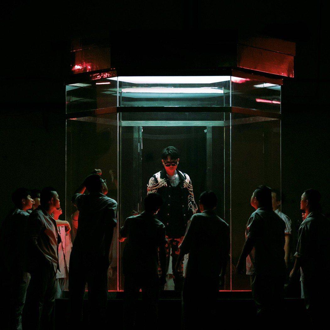 蕭秉治(中)在MV被13名罪犯圍繞叫囂,下戲坦言心驚驚。圖/相信音樂提供