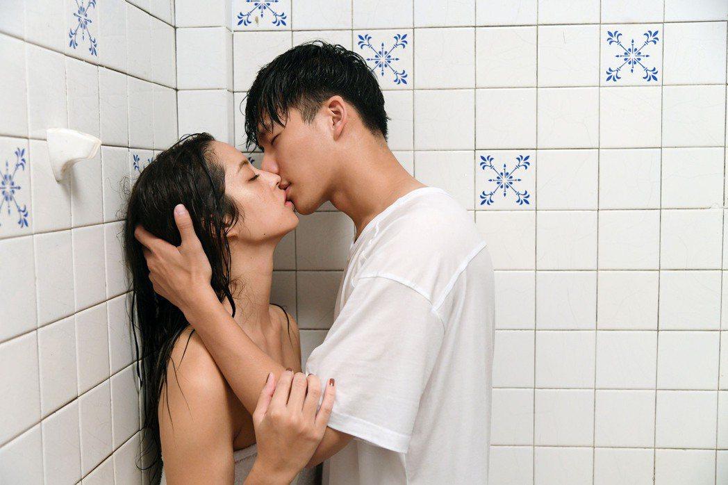 莫允雯(左)和吳念軒在「戀愛是科學」中上演浴室激情戲碼。圖/三立提供