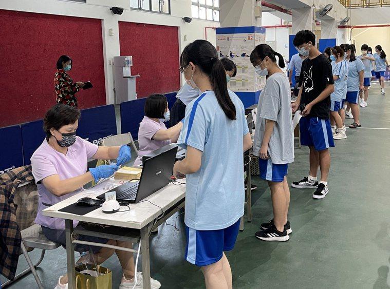 華南高商今天共有1237名學生接種疫苗,其中有7人感覺心跳過快或過敏送醫。記者卜...