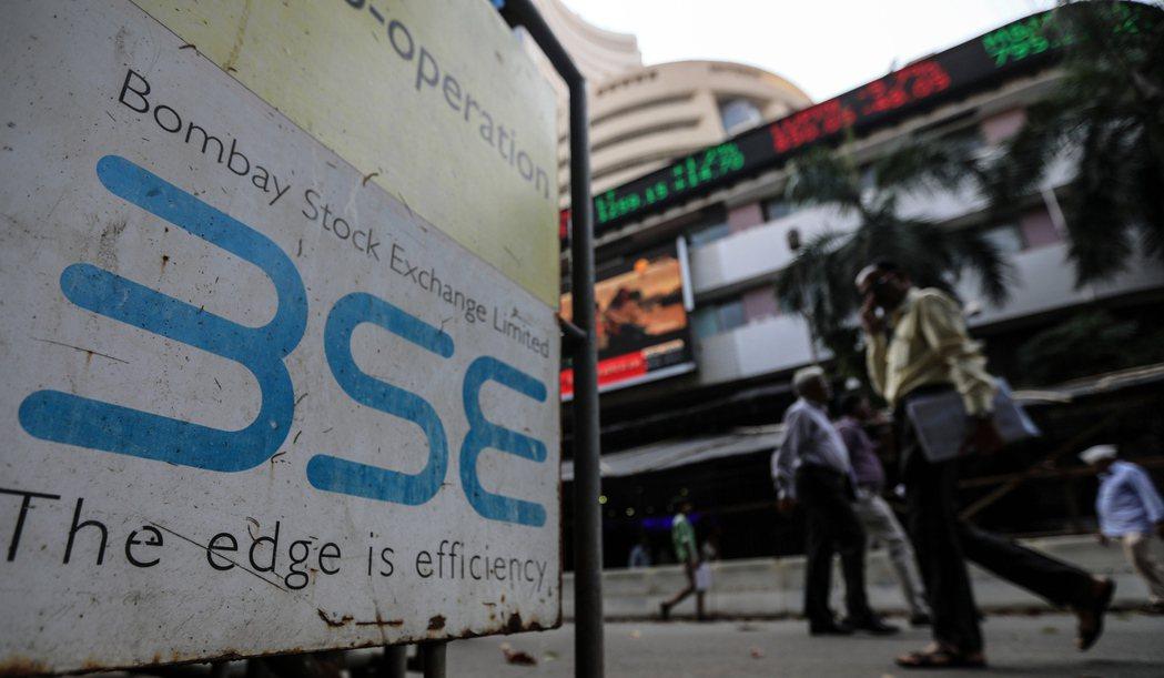 印度股市24日盤中漲破6萬點大關。   歐新社